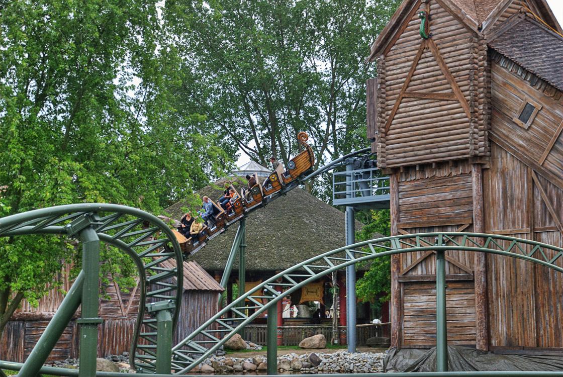 Erste Abfahrt der Achterbahn im Hansa Park.