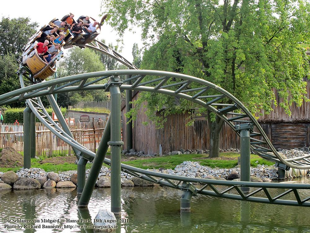 Der Achterbahnzug der Schlange von Midgard im Hansa Park über dem See
